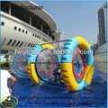diversão correndo rolo inflável flutuante de água de rodas para venda