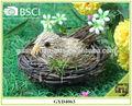 Belle à couver d'oiseaux avec des matériaux naturels nid décoration à la maison