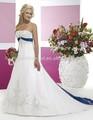 uma linha de cetim bordado azul royal e branco vestido de noiva