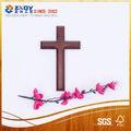 Crucifixo de madeira, cruz de madeira com a estátua de jesus em, parede de madeira cruz