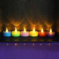 Magie bougie d'anniversaire avec couleur flammes