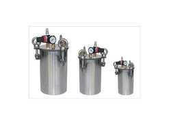 Equipment supplier with reservoir tank for dispensing