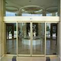 Puertas correderas automáticas de vidrio.