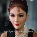 ヌードの少女の像の世界的に有名な映画俳優オードリーヘップバーンワックス図