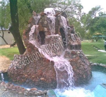 Rocalla cascada en un campo de golf productos de jard n for Cascadas de piedra para jardin