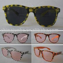 nuovi occhiali da sole di stile con il sorriso