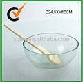 Clara de vidro grande salada tigela com um garfo de madeira
