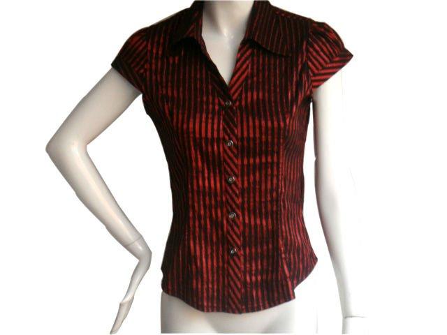Súper corto de color rojo de la señora de la blusa