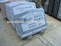 monumento di granito grigio