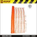 sr de color naranja de seguridad de plástico cerca de la barrera