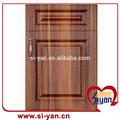 antiguo diseño de pvc ante la puerta del armario de cocina