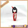 Quimonos japoneses kokeshis, boneca de madeira japonesa com a imagem do gato