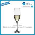 Bubbling bleu champagne flûtes changement gobelet gros blanc vin mousseux