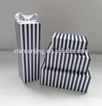 Negro y blanco de la raya de la caja de regalo