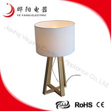 China New Design White Farbic Lampshade Wood Base Reading Table Lamp