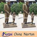 Estátua de bronze com o pai da