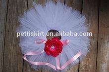 toptan çocuk giyim prenses etek kırmızı çiçek detayları beyaz etek şerit dantel detayları kız bebek etek giyen