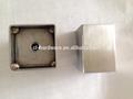 Coche se convierte en las piezas del motor de metal
