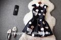 senhora de vestido longo feito de design da marca em novos tecidos contrastado tecido bolha para o engajamento