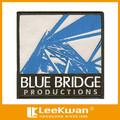 Personalizado bordado el logotipo de parches/puente azul uniformes producciones parche/el último bagde bordado apliques para prendas de vestir