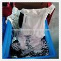 Todos os tipos de roupas usadas embalado em várias fardos