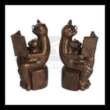 De la muchacha de bronce de lectura y gato banco estatua