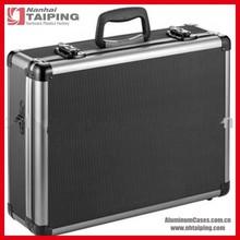 fotocamera in alluminio nero con serratura caso di viaggio