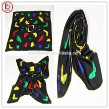 Bufanda cuadrada con mariposas de colores patrón y la aguja triángulo whipstitch lado