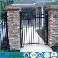 quintal de metal preto pó revestido de ferro do portão