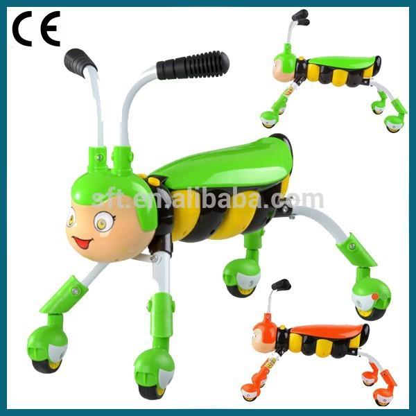 новые дети, идущие скутер/4 колеса машины с сиденьем