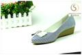 fábrica de apartamento de tamanho grande de couro feminino bonito sapato sandália
