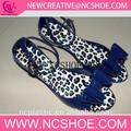 elegante y moderno de las mujeres a mediados de las señoras sandalia de tacón con forro de piel de leopardo