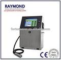 condensador de cerámica y número de texto industrial en la línea de impresoras de inyección de tinta