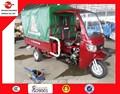 Bajaj três roda fechado dirigindo táxi triciclo com caixa de carga