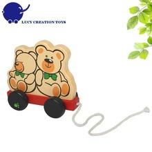 Niño juguete clásico de madera tirando- a lo largo de oso