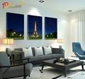 de color azul oscuro de la torre eiffel pintura decorativa en la noche