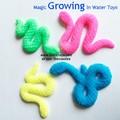 Croissante jouets serpent dans l'eau