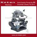 Operação manual do livro de costura máquina de costura para livros de capa dura.