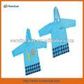 Venta al por mayor lindo azul pvc y polyester ropa para los niños