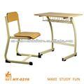 o aluno em sala de aula de cadeiras e mesas de madeira de móveis