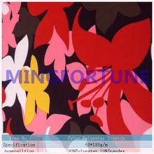 Brillante- colorate floreali pittura su tessuto per costumi da bagno