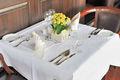 mesa cuadrada de mantel y servilleta para el restaurante