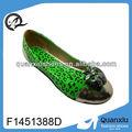Liga apple adorno verde sapatos casuais. Foto bonita sapatos casuais