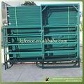 el ganado cerca de la puerta del panel