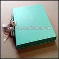 Azur celeste de luxe sur papier boîte de cadeau en carton recyclé parfum. avec cravate ruban