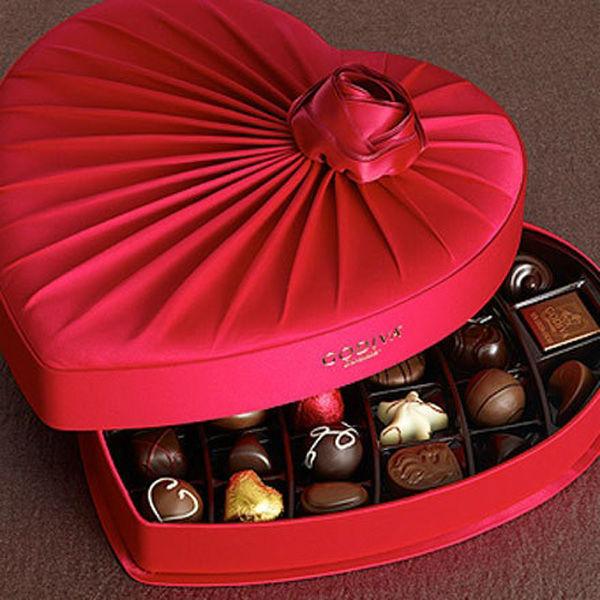 تعرف معنا لغة الهدايا Valentine_s_day_heart_shape_decorative_chocolate