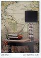 velho mapa de parede cortina rolo e estofados