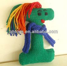 Brinquedos de pelúcia verde com a letra i