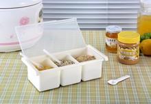üç hücreye plastik baharat kutusu baharat, tuz ve monosodyum glutamat