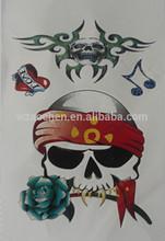 cranio con bella rosa autoadesivo del tatuaggio